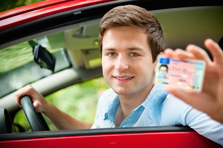 Jugendlicher mit neuem Auto und Führerschein